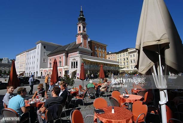 Salzburg Residenzplatz mit Kirche St Michael