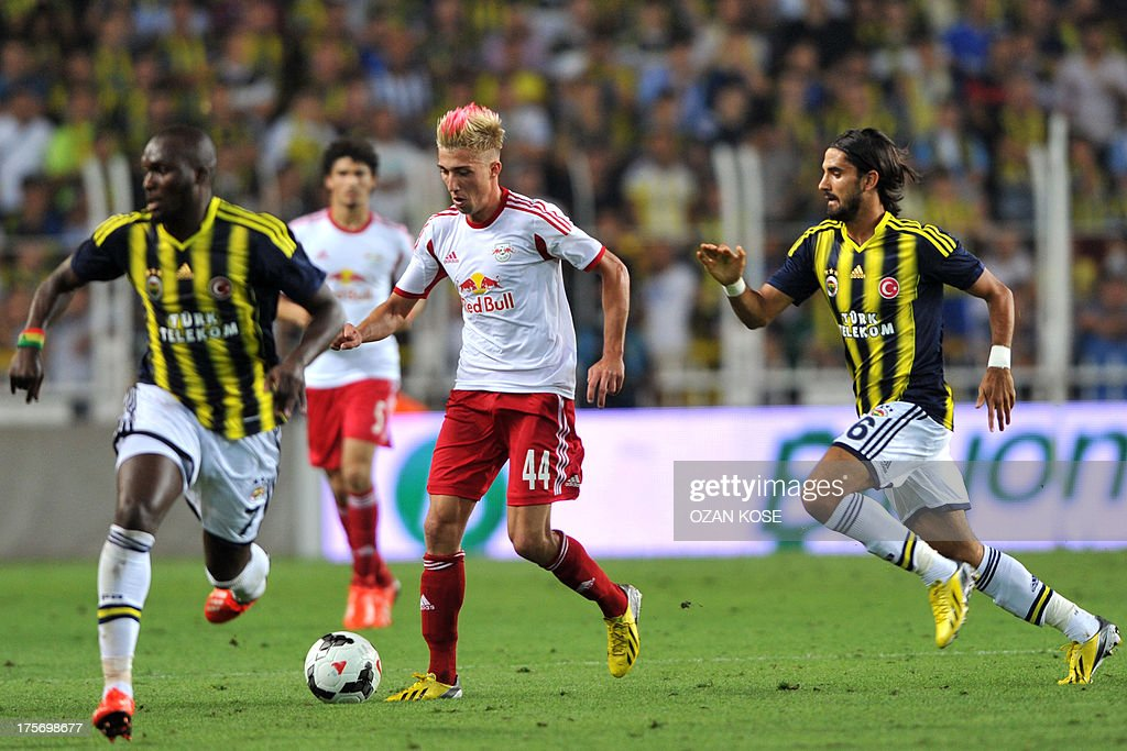 Salzburg's Kevin Kampl (C) vies for the ball with Fenerbahce's players Moussa Sow (L) and Alper Potuk (R) during an UEFA Champions League third qualifying round second leg football match between Fenerbahce and Salzburg at Sukru Saracoglu Stadium in Istanbul on August 6, 2013. AFP PHOTO / OZAN KOSE