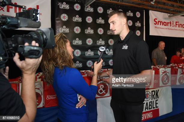 Sam Dekker of the LA Clippers help host their 29th Annual Teamwork at the Table Thanksgiving event at St Joseph Center on November 14 2017 in Venice...