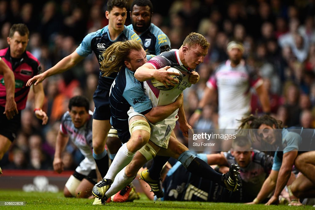 Sam Underhill of the Ospreys scores his try despite the efforts of Kristian Dacey during the Guinness Pro 12 match between Cardiff Blues and Ospreys at Principality Stadium on April 30, 2016 in Cardiff, United Kingdom.