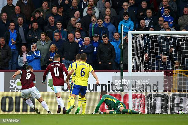 Sam Vokes of Burnley scores the opening goal during the Premier League match between Burnley and Everton at Turf Moor on October 22 2016 in Burnley...