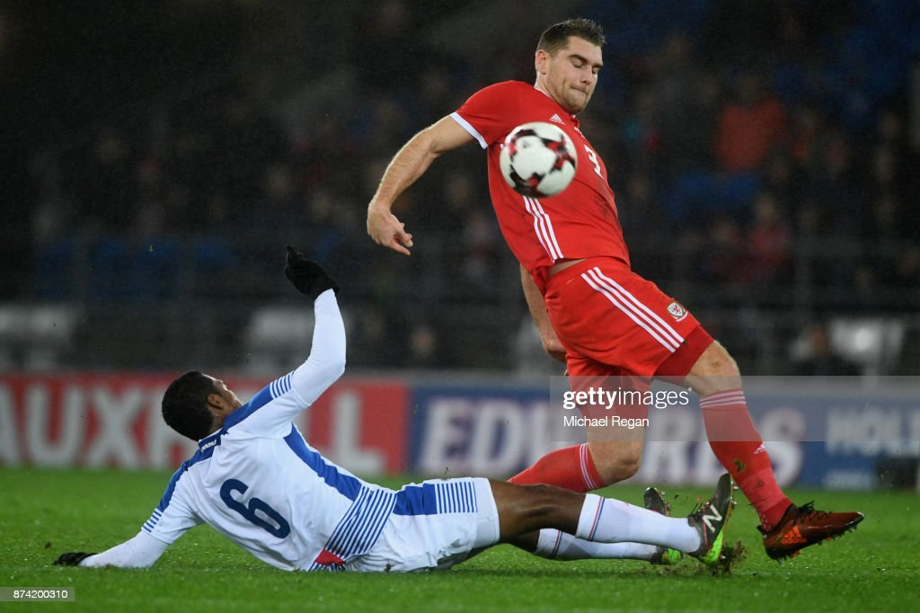 Sam Vokes of Wales in action with Manuel Vargas of Panama during the International match between Wales and Panama at Cardiff City Stadium on November 14, 2017 in Cardiff, Wales.