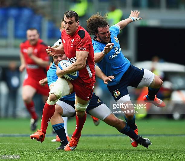 Sam Warburton of Wales breaks past Mauro Bergamasco of Italy on the way to scoring his try during the RBS 6 Nations match between Italy and Wales at...
