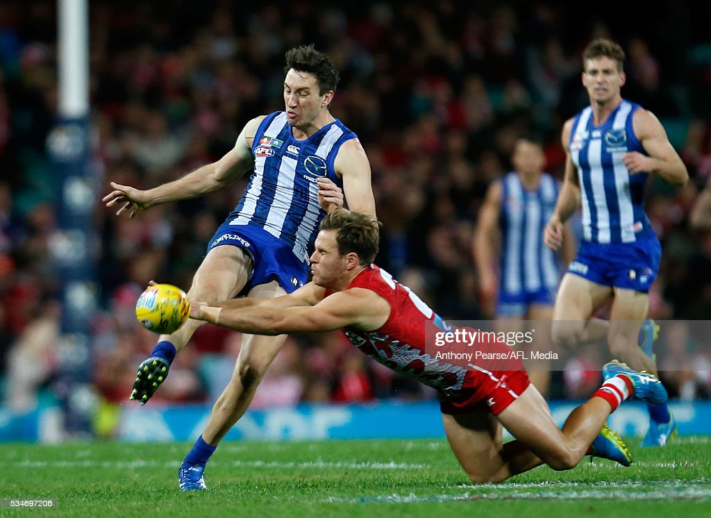 <a gi-track='captionPersonalityLinkClicked' href=/galleries/search?phrase=Sam+Wright+-+Australian+football-speler&family=editorial&specificpeople=12537296 ng-click='$event.stopPropagation()'>Sam Wright</a> of the Roos kicks the ball under pressure from Ben McGlynn of the Swans during the 2016 AFL Round 10 match between the Sydney Swans and the North Melbourne Kangaroos at the Sydney Cricket Ground on May 27, 2016 in Sydney, Australia.
