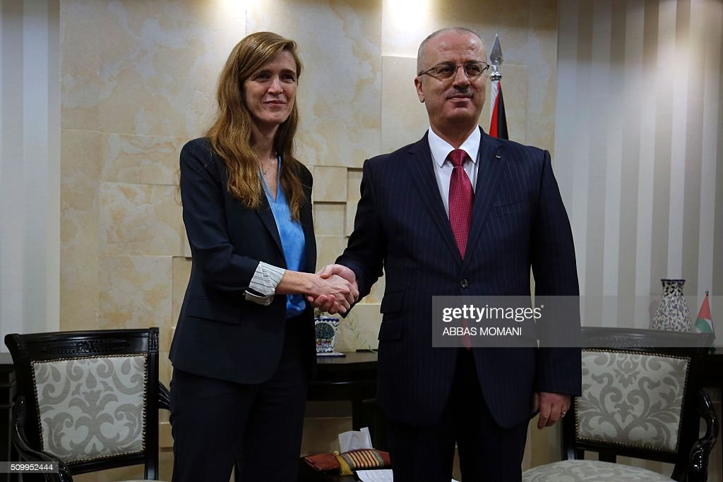 Samantha Power (L), United States Ambassador to the United Nations, shakes hands with Palestinian prime minister Rami Hamdallah following their meeting in the West Bank city of Ramallah, on February 13, 2016. / AFP / ABBAS MOMANI