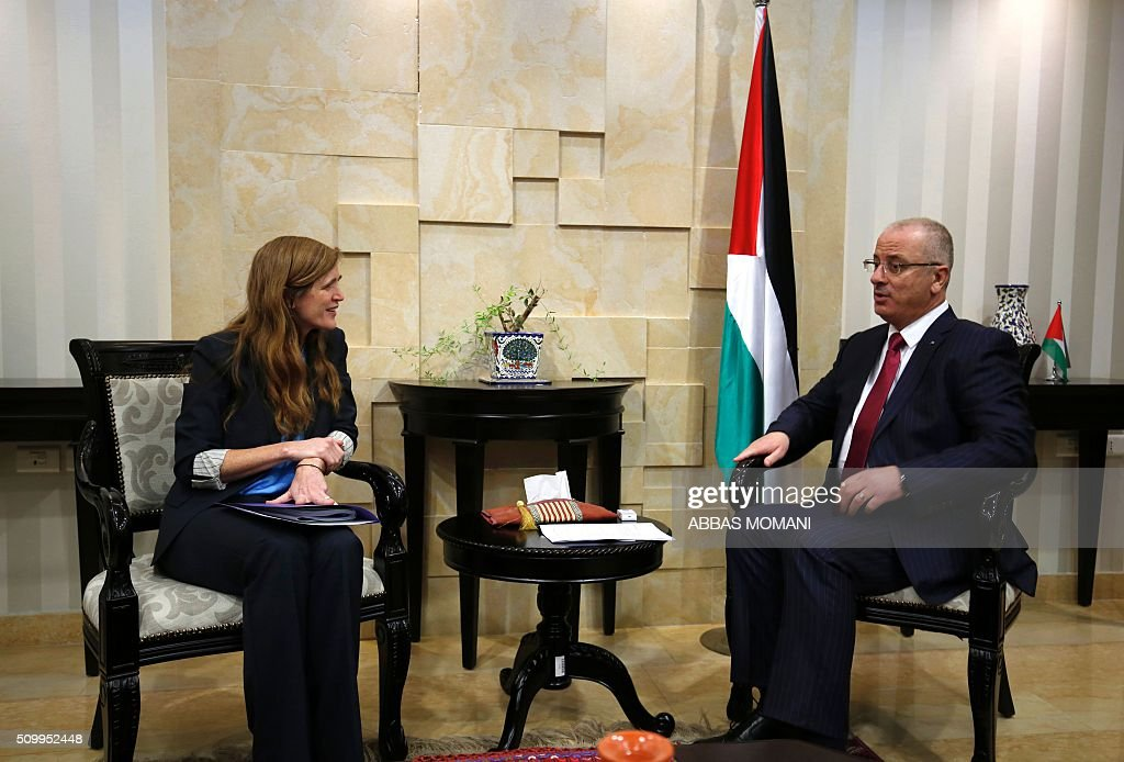 Samantha Power (L), United States Ambassador to the United Nations, speaks with Palestinian prime minister Rami Hamdallah during their meeting in the West Bank city of Ramallah, on February 13, 2016. / AFP / ABBAS MOMANI