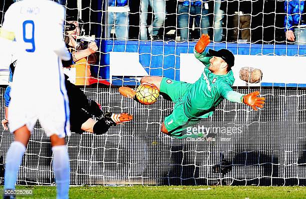 Samir Handanovic of FC Internazionale in action during the Serie A match between Atalanta BC and FC Internazionale Milano at Stadio Atleti Azzurri...
