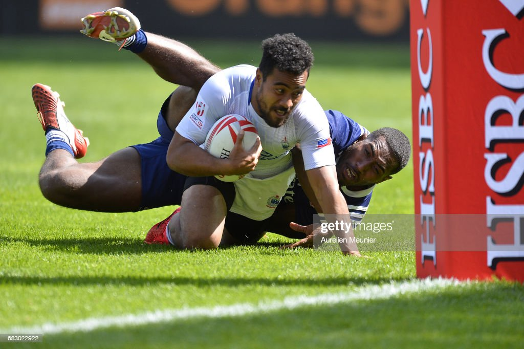Samoa Toloa of Samoa scores a try during the HSBC rugby sevens match between Samoa and the United States of America on May 14, 2017 in Paris, France.