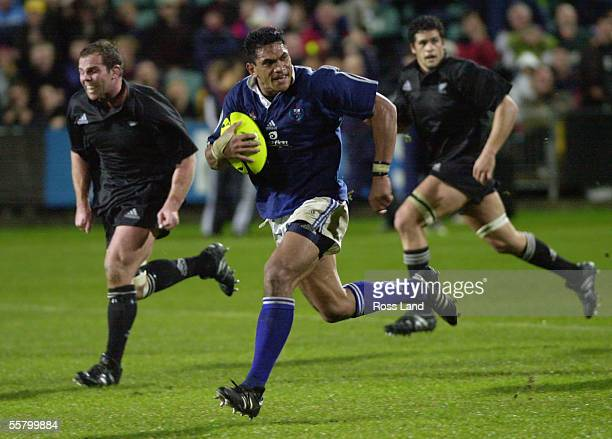 Samoan captain Semo Sititi runs up field chased by Anton Oliver and Ron Cribb during the All Blacks V Manu Samoa rugby test at North Harbour Stadium...