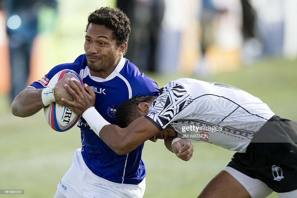 Samoa's Afa Aiono (L) vies with Fiji's Joji Baleviani Raqamate during Day 3 of the USA Sevens Las Vegas HSBC Sevens World Series Round 5 at Sam Boyd Stadium in Las Vegas, NV, February 10, 2013. AFP PHOTO/Jim WATSON