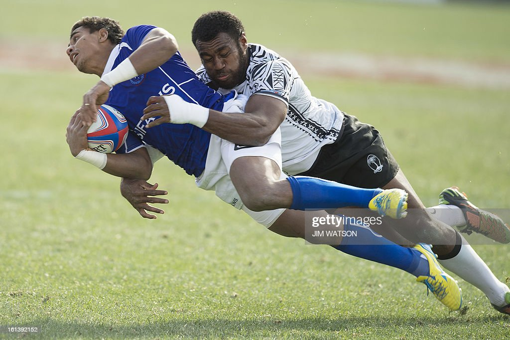 Samoa's Reupena Levasa (L) vies with Fiji's Ulaiyasi Lawavou during Day 3 of the USA Sevens Las Vegas HSBC Sevens World Series Round 5 at Sam Boyd Stadium in Las Vegas, NV, February 10, 2013. AFP PHOTO/Jim WATSON