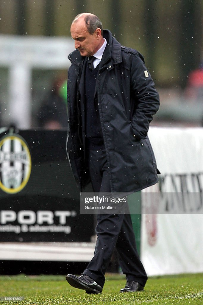 Sampdoria head coach <a gi-track='captionPersonalityLinkClicked' href=/galleries/search?phrase=Delio+Rossi&family=editorial&specificpeople=6538807 ng-click='$event.stopPropagation()'>Delio Rossi</a> looks on during the Serie A match between AC Siena and UC Sampdoria at Stadio Artemio Franchi on January 20, 2013 in Siena, Italy.