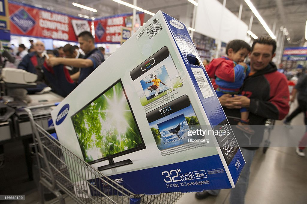 A Samsung Electronics Co. Ltd 32 inch LED television sits in a shopping cart inside a Sam's Club store in Mexico City, Mexico on Saturday, Nov. 17, 2012. El Buen Fin, Mexico's equivalent of Black Friday, when the year's biggest discounts are offered by participating stores, is held on the third weekend of November and will run through Nov. 19. Photographer: Susana Gonzalez/Bloomberg via Getty Images