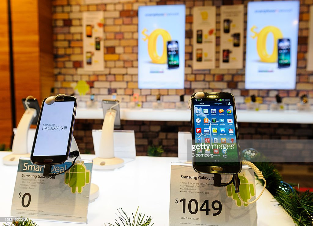 Samsung Electronics Co.'s Galaxy S III, left, and Note II smartphones are displayed at a Telecom Corp. of New Zealand retail outlet in Wellington, New Zealand, on Thursday, Dec. 13, 2012. New Zealand's policymakers are vexing investors with shock rulings that are causing major stock market swings, Telecom Chief Executive Officer Simon Moutter said. Photographer: Mark Coote/Bloomberg via Getty Images