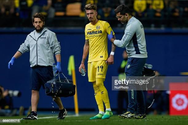 Samuel Castillejo of Villarreal CF leaves the pitch injured during the La Liga match between Villarreal CF and Athletic Club de Bilbao at Estadio de...