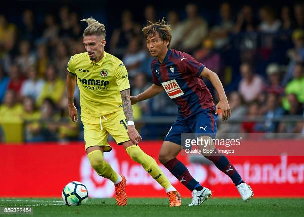 Samuel Castillejo of Villarreal competes for the ball with Takashi Inui of Eibar during the La Liga match between Villarreal and Eibar at Estadio De...