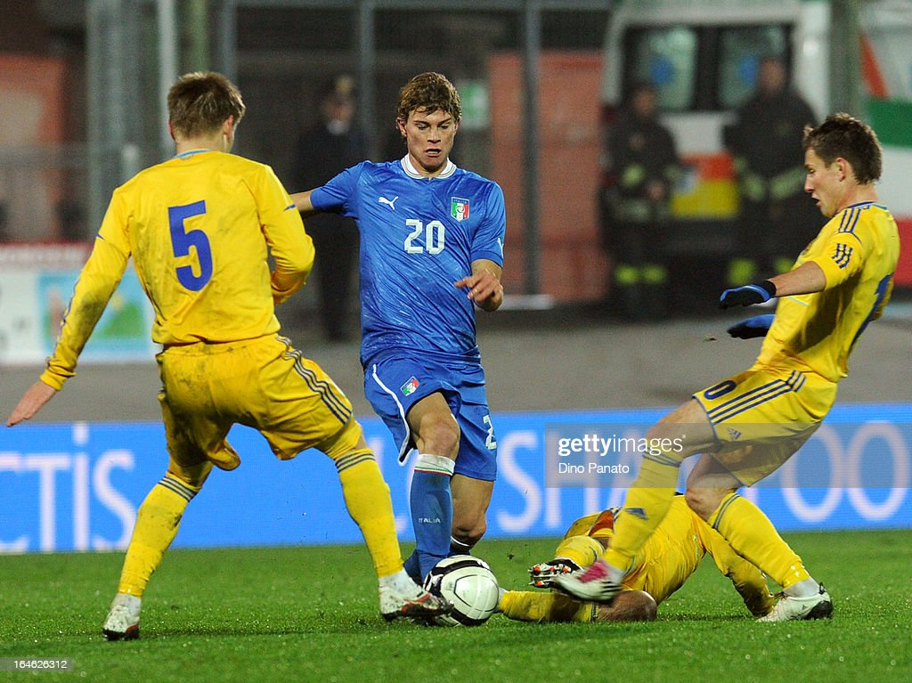 Samuele Longo (C) of Italy U21 competes with Ozarkiv (L) and Babenko (R) of Ukraine U21 during the international friendly match between Italy U21 and Ukraine U21 at Stadio Rino Mercante on March 25, 2013 in Bassano del Grappa, Italy.