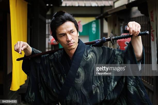 Samouraï japonais traditionnel posant dans le Village