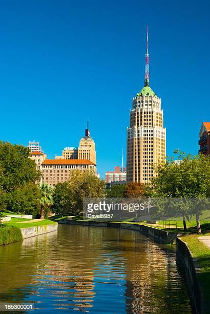 Edificios del centro de la ciudad de San Antonio y Riverwalk (Vertical