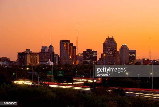 Edificios de la ciudad de San Antonio y la carretera al atardecer