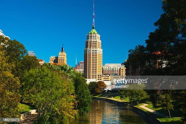 Horizonte de la ciudad de San Antonio riverwalk y árboles