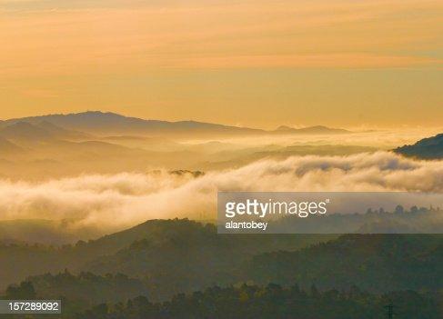 El área de San Francisco: Dawn niebla de East bay Hills