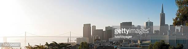 San Francisco Bay Bridge, Embarcadero Sonnenaufgang über den Wolkenkratzern der Innenstadt Transamerica panorama