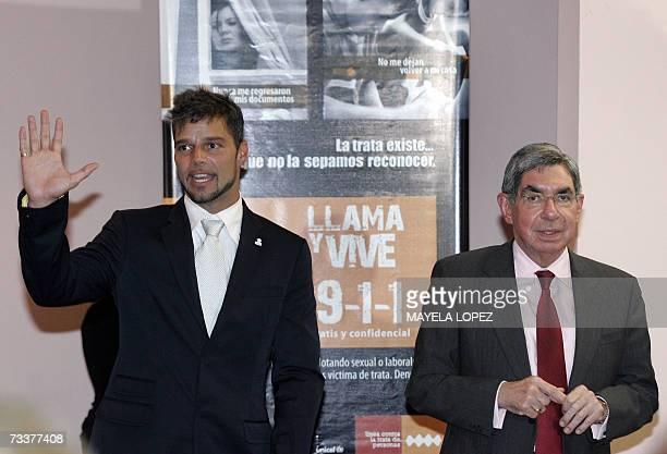 El cantante portorriqueno Ricky Martin se despide de la prensa junto al presidente costarricense Oscar Arias el 20 de febrero de 2007 en la Casa...
