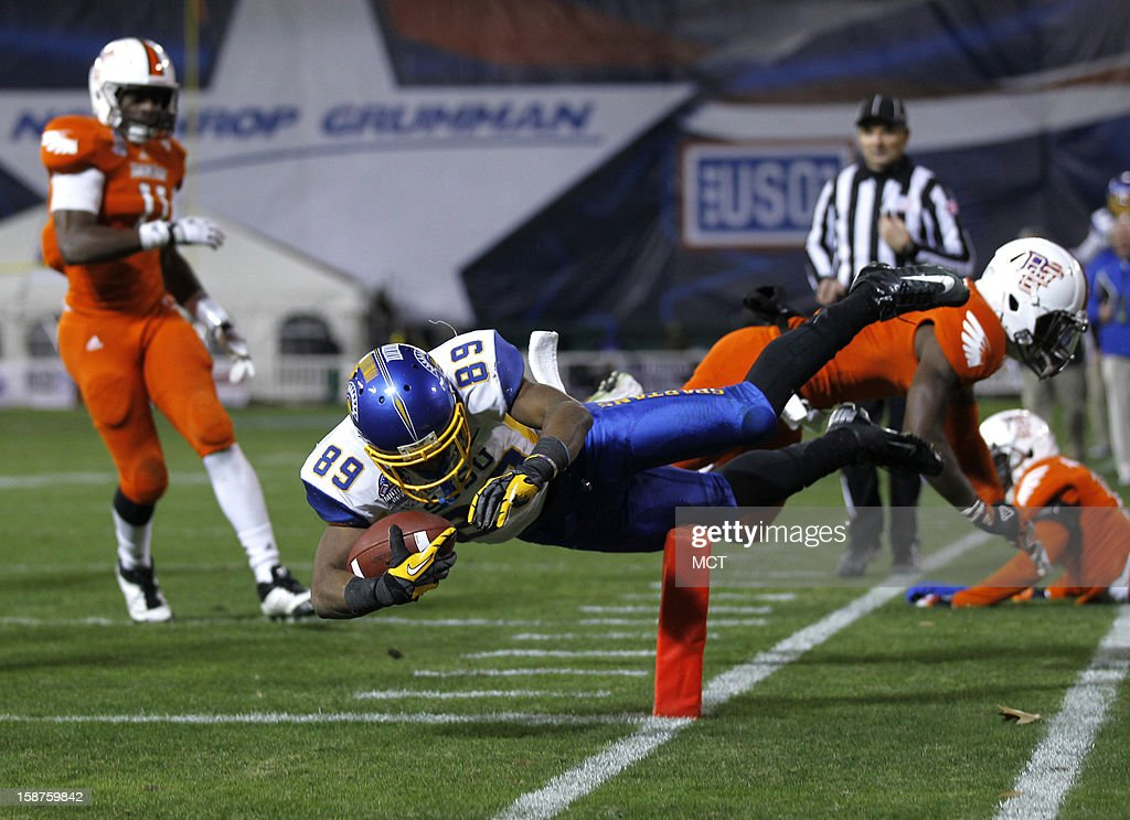 San Jose State wide receiver Chandler Jones (89) scores a touchdown on 17-yard pass from quarterback David Fales as Bowling Green defensive back Darrell Hunter, right, defends during the third quarter of the Military Bowl at RFK Stadium in Washington, Thursday, December 27, 2012. San Jose State defeated Bowling Green 29-20.