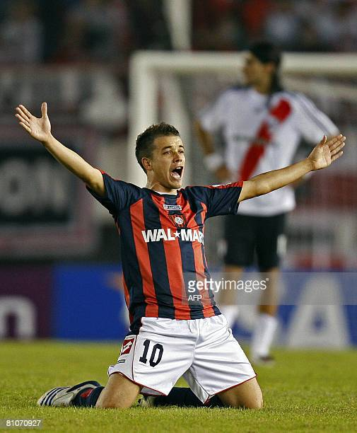 San Lorenzo's midfielder Andres D'Alessandro celebrates in end of their Copa Libertadores 2008 football match against River Plate at the Monumental...