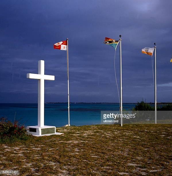 ein Kreuz und drei Fahnenmarkieren die Stelle an der ChristophKolumbus 1492 zuerst amerikanischen Bodenbetreten haben soll 90er Jahre