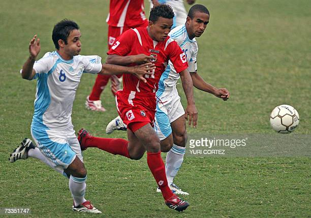 Guatemalan Jose Manuel Contreras and his teammate Fredy Williams Thompson struggle with Panamanian Amilcar Henriquez 16 February 2007 during their...