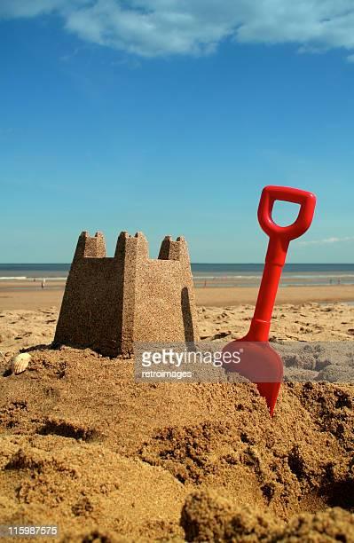 Castello di sabbia sulla spiaggia di sunny