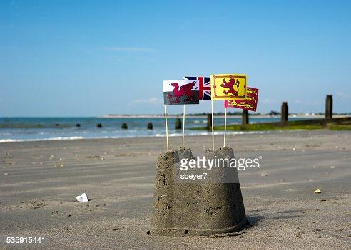 Construir castillos de arena en la playa : Foto de stock