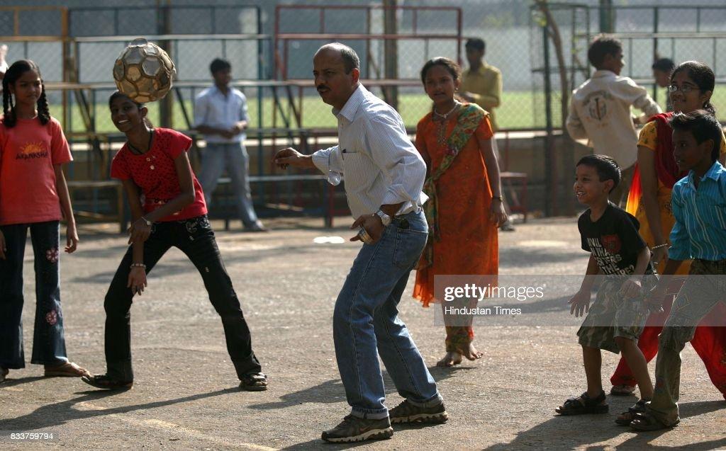 Sandeep Sukhija play with AKANKSHAs children at Stanislaus School Bandra.