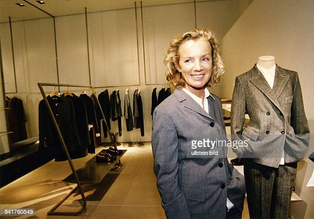 Sander Jil *Modeschoepferin D in ihrer Boutique am Kurfuerstendamm in Berlin 1996