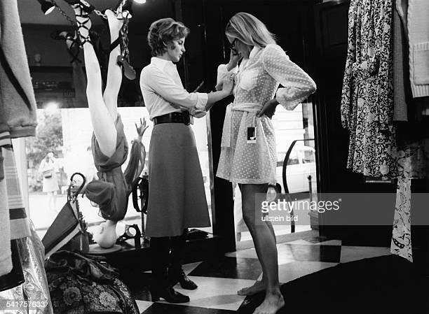 Sander Jil *Modeschoepferin D mit einem Model in ihrem Geschaeft in Hamburg 1968Aufnahme Jochen Blume