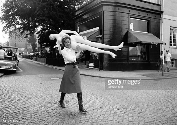 Sander Jil *Modeschoepferin D mit Schaufensterpuppe vor ihrem Geschaeft in der Milchstraße in Hamburg 1968Aufnahme Jochen Blume