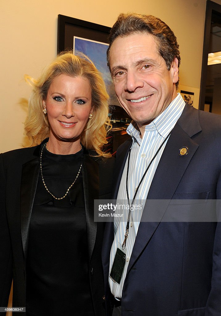 <a gi-track='captionPersonalityLinkClicked' href=/galleries/search?phrase=Sandra+Lee+-+Television+Personality&family=editorial&specificpeople=242799 ng-click='$event.stopPropagation()'>Sandra Lee</a> (L) and New York Governor <a gi-track='captionPersonalityLinkClicked' href=/galleries/search?phrase=Andrew+Cuomo&family=editorial&specificpeople=228332 ng-click='$event.stopPropagation()'>Andrew Cuomo</a> pose backstage at the Billy Joel New Year's Eve Concert at the Barclays Center of Brooklyn on December 31, 2013 in New York City.