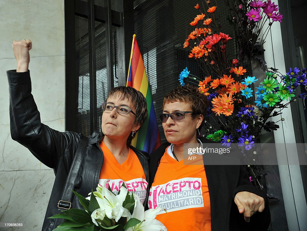 Sandra Marcela Rojas (L), gestures accompanied by her girlfriend Adriana Gonzales before filling documents at the court in Bogota, Colombia, on June 20, 2013, to apply for registration of their marriage. From today Colombia will enter into a legal puzzle on gay marriage, as gay couples will go to notaries and judged without knowing if they will come out with the document as desired, given the legal vacuum that persists for such unions. AFP PHOTO/Guillermo LEGARIA