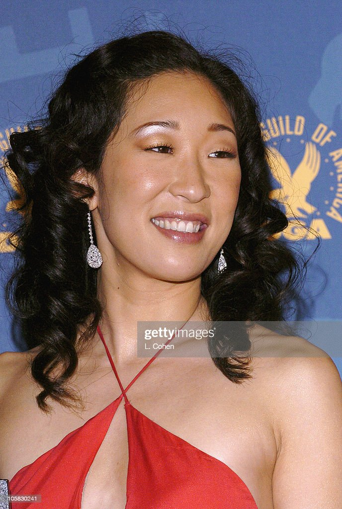 <a gi-track='captionPersonalityLinkClicked' href=/galleries/search?phrase=Sandra+Oh&family=editorial&specificpeople=203096 ng-click='$event.stopPropagation()'>Sandra Oh</a>, presenter of Feature Film Nomination Presentation to <a gi-track='captionPersonalityLinkClicked' href=/galleries/search?phrase=Alexander+Payne&family=editorial&specificpeople=202578 ng-click='$event.stopPropagation()'>Alexander Payne</a> for 'Sideways'