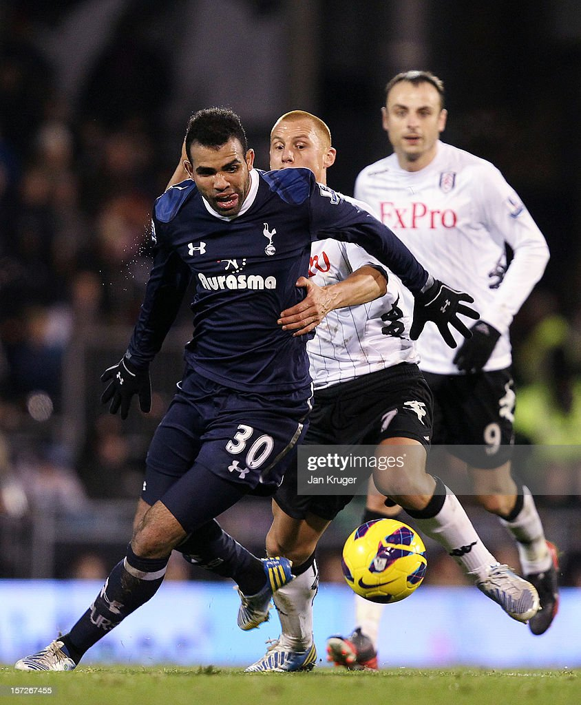Sandro of Tottenham holds off <a gi-track='captionPersonalityLinkClicked' href=/galleries/search?phrase=Steve+Sidwell&family=editorial&specificpeople=661187 ng-click='$event.stopPropagation()'>Steve Sidwell</a> of Fulham during the Barclays Premier League match between Fulham and Tottenham Hotspur at Craven Cottage on December 1, 2012 in London, England.