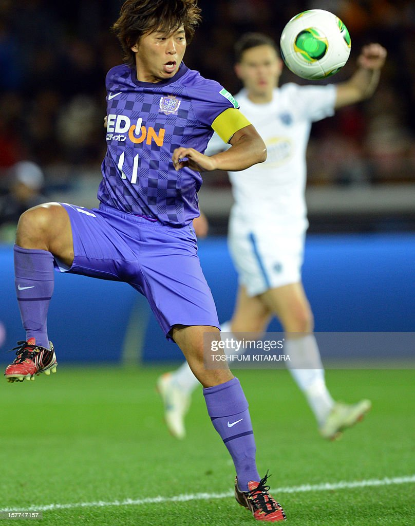 Sanfrecce Hiroshima forward Hisato Sato (L) watches the ball during the FIFA Club World Cup 2012 M1 match against Auckland City in Yokohama on December 6, 2012. Sanfrecce beat Auckland by 1-0.