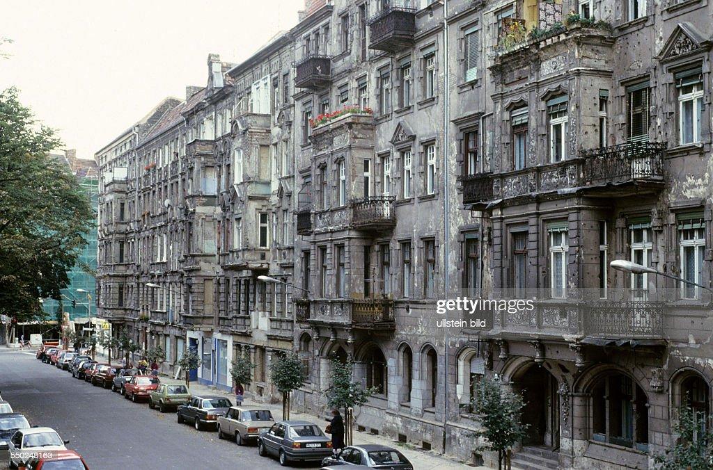 Sanierungsbedürftige Wohnhäuser In Der Greifenhagener Strasse In  Berlin Prenzlauer Berg