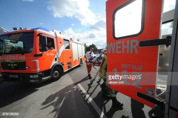 Sanitäter der Berliner Feuerwehr bringen einen Patienten nach einem Verkehrsunfall zu einem Rettungswagen