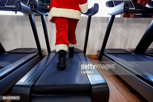 Santa Claus in the gym doing exercises : Foto stock