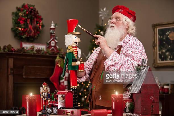 Santa Claus peinture-noisette au magasin de jouets