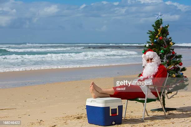 Santa Claus am Strand mit Weihnachtsbaum