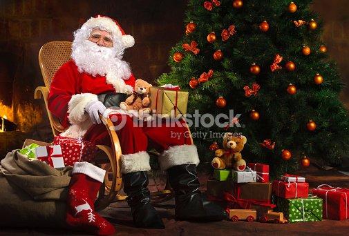 Santa claus sesi n en frente de chimenea foto de stock - Un santa claus especial ...