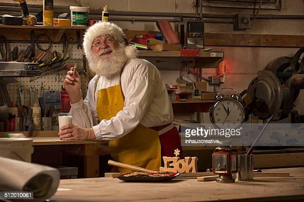 Santa Claus faisant une pause de travail dans son atelier